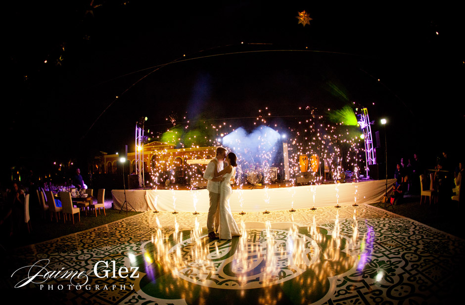 Wow! Speechless! Right? Charming first dance of the bride and groom.