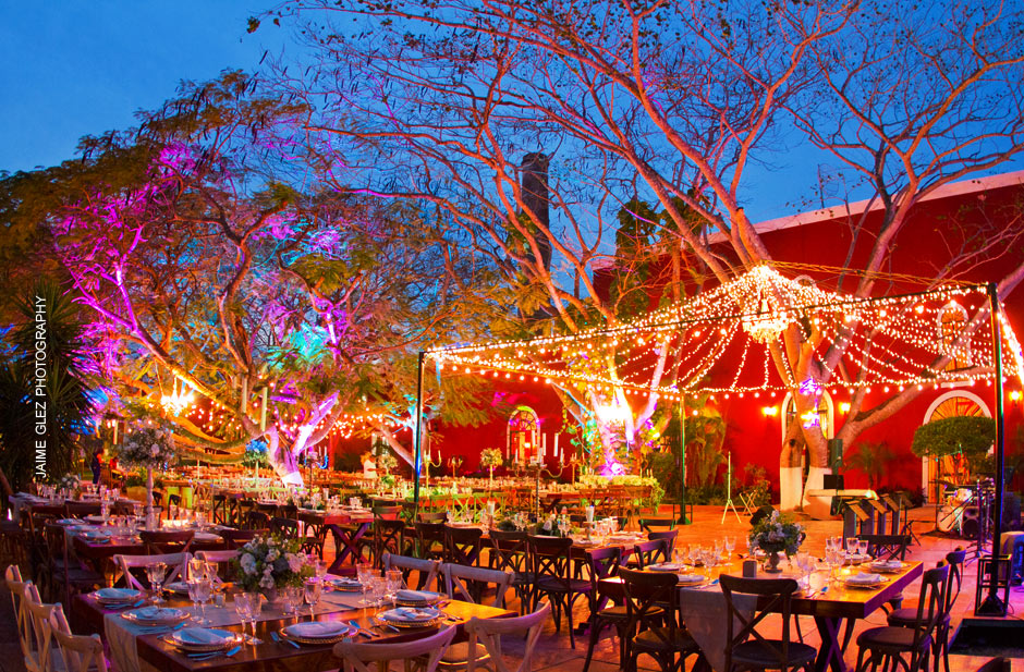 Speechless! This stunning outdoor wedding reception has a lot of charm and romanticism!
