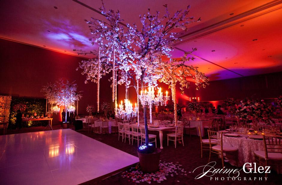 Espectacular diseño floral para la recepción de la boda.