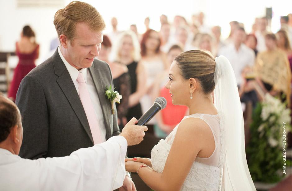 Emotivo momento de compartir los votos matrimoniales.