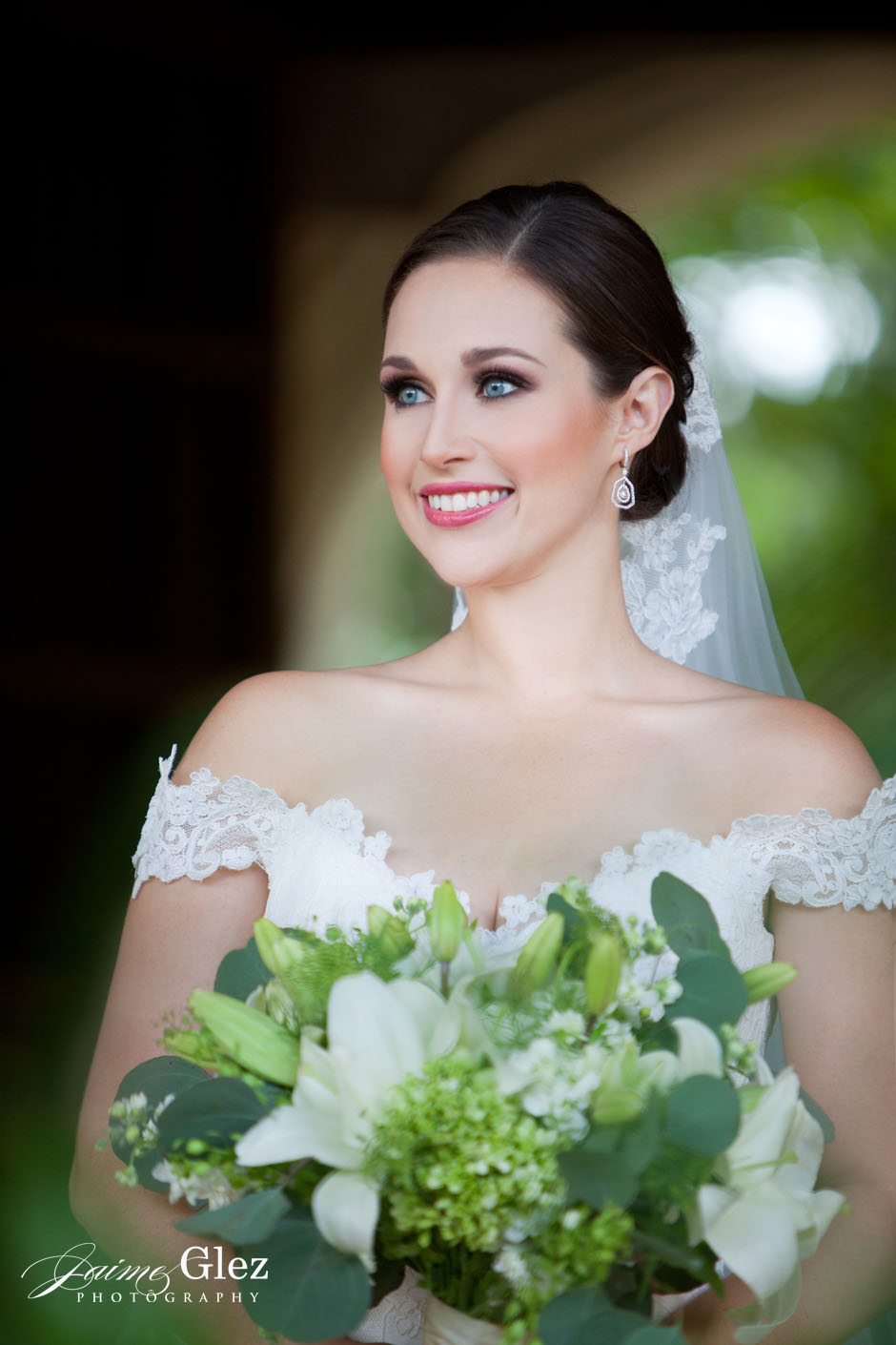 Gorgeous bride looking simply stunning!