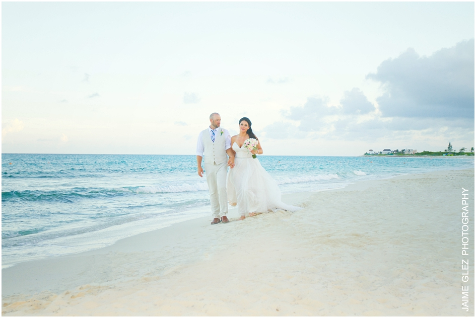 Oh this beach wedding photos that looks like a dream come true!