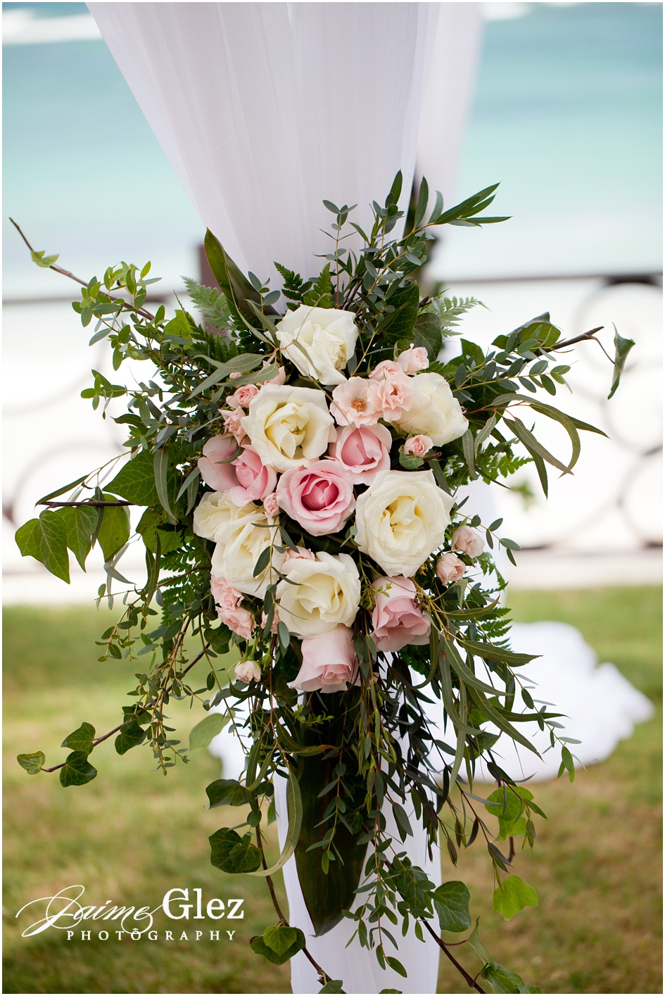 Pink & white roses always give that sweet romantic touch for wedding decor.