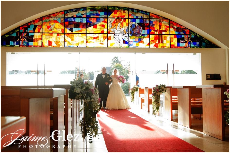 El momento más esperado de la novia. Feliz en su entrada nupcial.