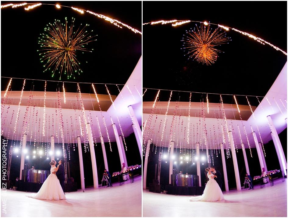Fuegos artificiales durante su primer baile como marido y mujer.