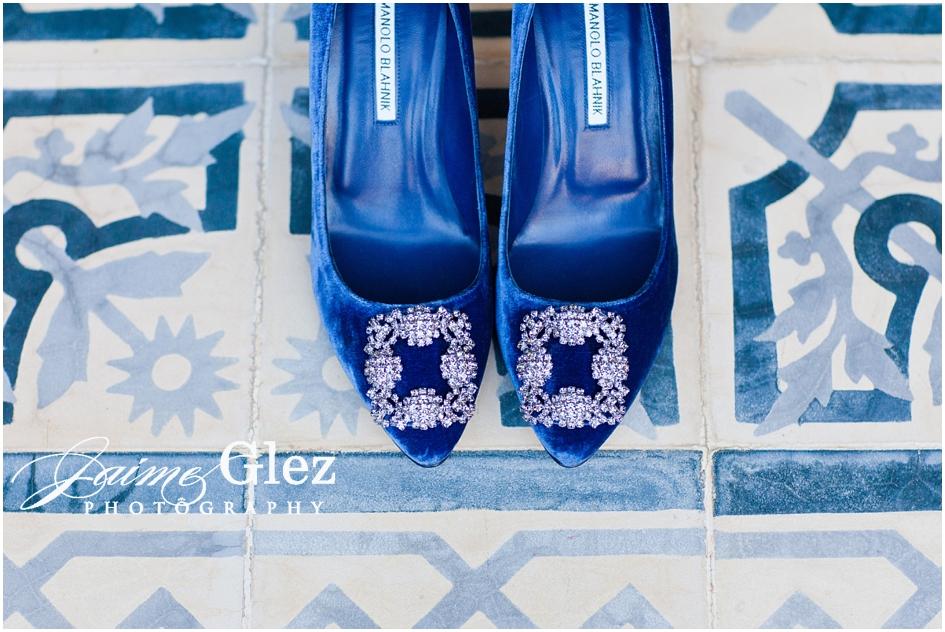 Maravillosos zapatos de novia de satín con piedras Swarovski del diseñador Manolo Blahnik.