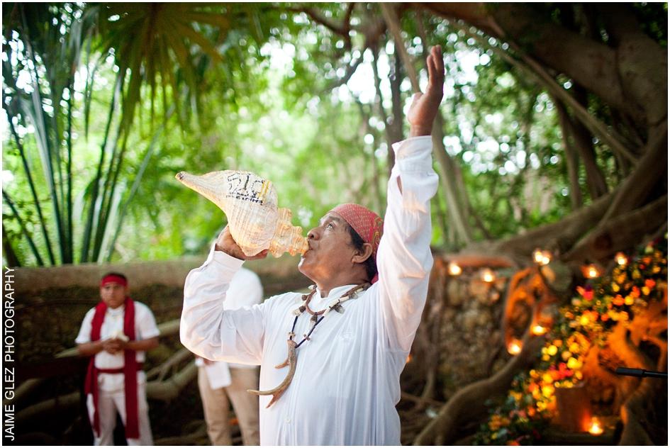 Bella ceremonia dirigida por un chamán maya.