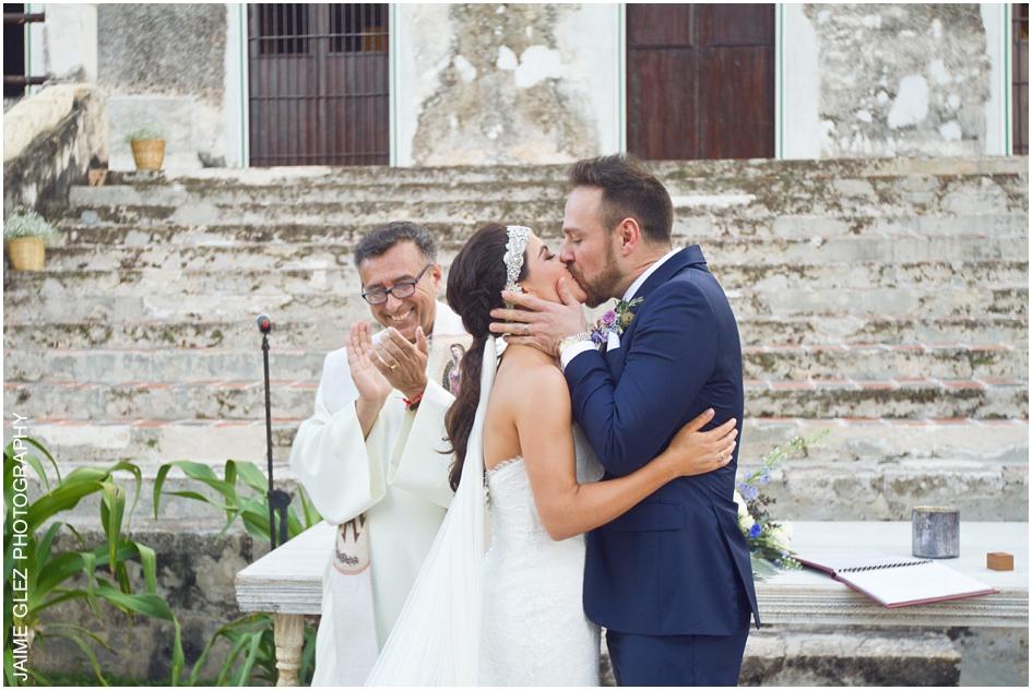 El primer besos de recién casados.