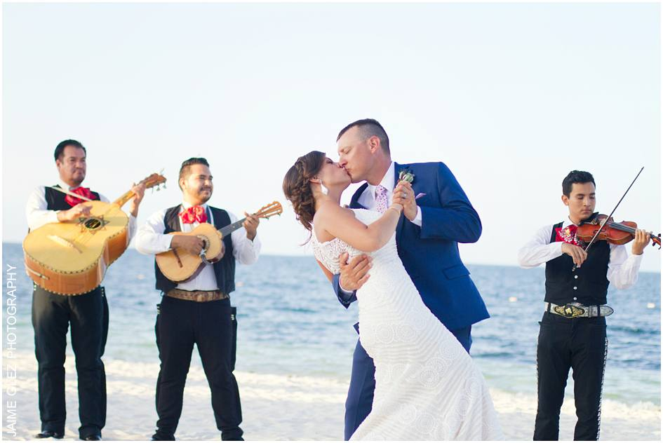 And mariachi to celebrate their love! Wonderful vibes!