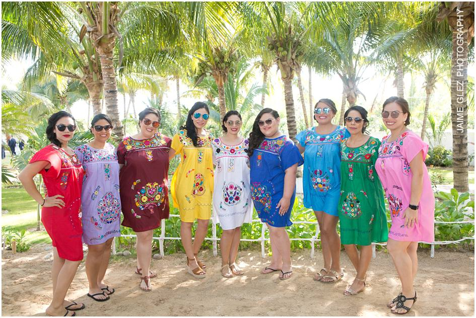Love it!! It's so original that bridesmaids wore embroidered Mexican dresses.