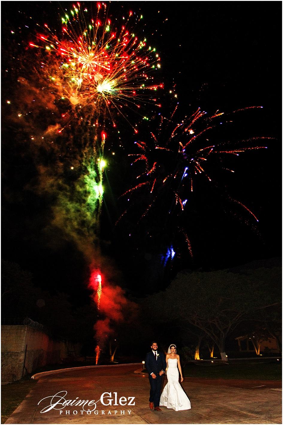 Espectaculares fuegos artificiales en la entrada oficial de los novios a la recepción.