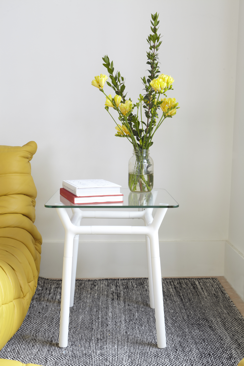 320270-660_KONNECT_SIDE_TABLE_WHITE_INSITU_01.jpg