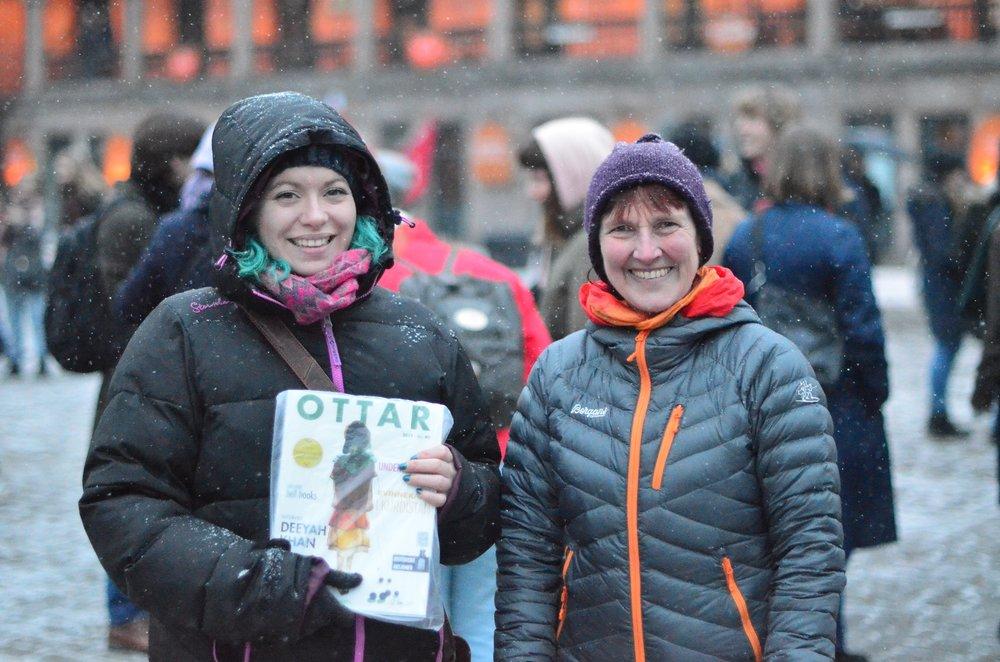Leder for Ottar i Oslo, Katarina Storalm, trosser ruskeværet og selger ottarblader på Youngstorget, her sammen med Margunn Bjørnholt. Foto: Jonas Bertelsen Enge