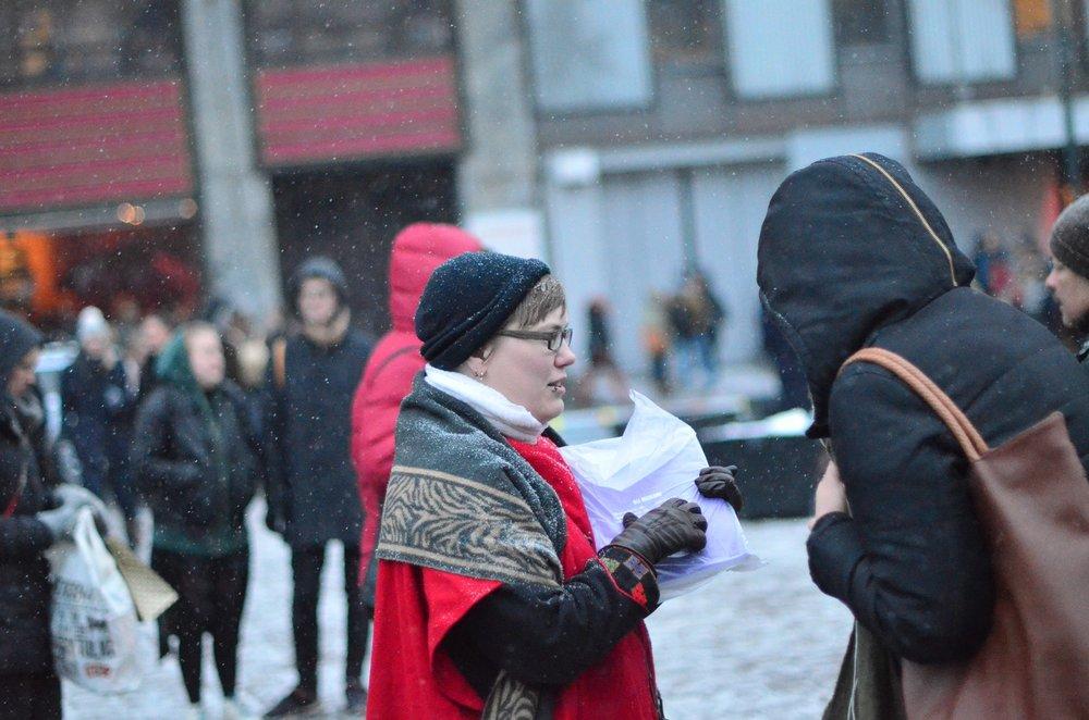 Martine Votvik viser en potensiell bladkjøper hvordan man kan betale ottarbladet med Vipps. Foto: Jonas Bertelsen Enge.