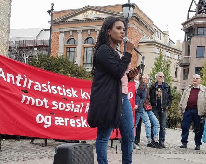 Shurika Hansen holder appell på Kvinnegruppa Ottars markering mot sosial kontroll og æreskultur i september. Foto: Katarina Storalm.