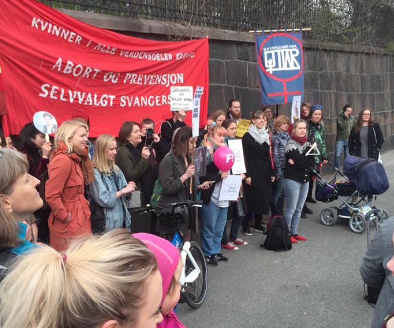 Demonstrasjon utenfor den Polske ambassade, til støtte for polske kvinners abortrettigheter. Foto: Katarina Storalm