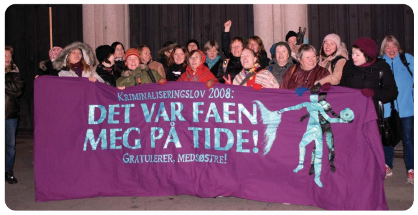 Medlemmer av Kvinnegruppa Ottar utenfor Stortinget etter at sexkjøpsloven ble vedtatt i 2008