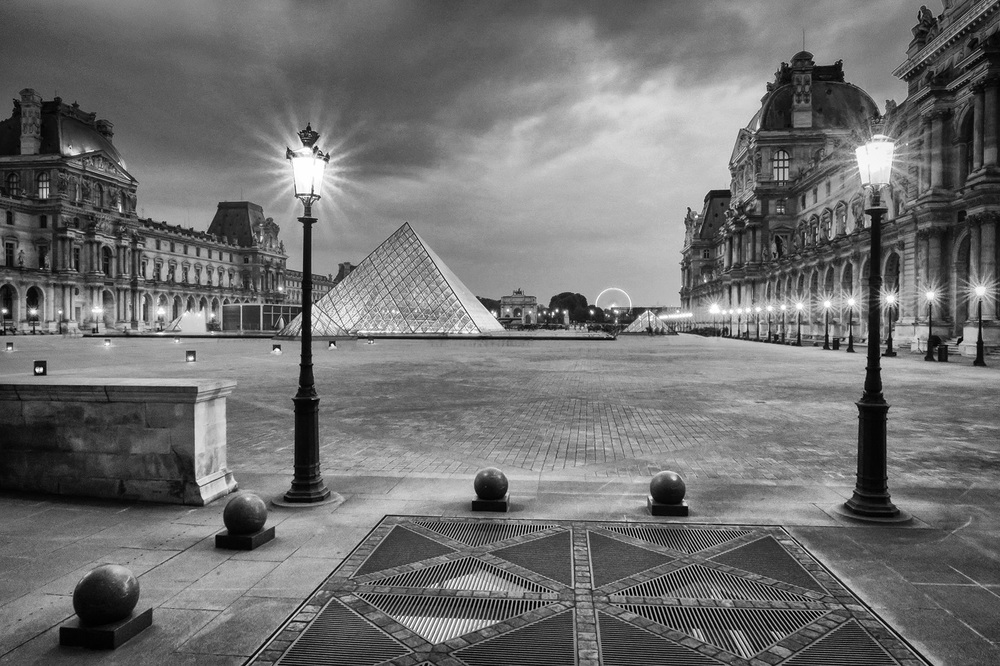 Louvre bw.jpg
