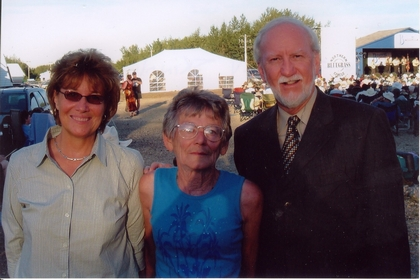2005 - Shirley Skinner (centre) with Mr. & Mrs Doyle Lawson