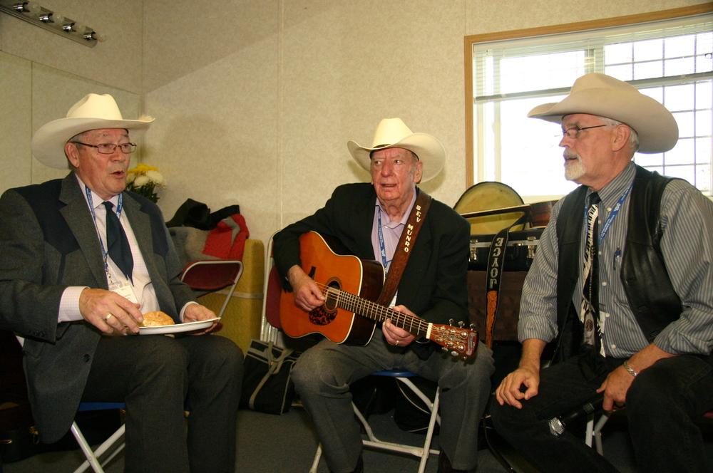 2011 - Pete Hicks, Bev Munro & George McKnight backstage
