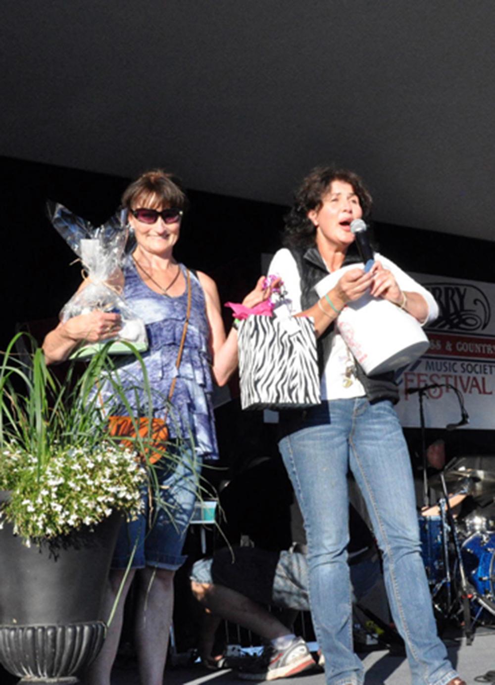 2011 - Dodi & Anna drawing door prizes