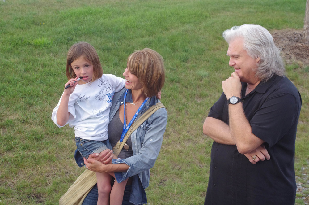 Lisa Hewitt & her daughter with Ricky Skaggs