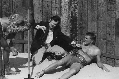 Kubrick y Douglas en un momento del rodaje. Fuente: Wikipedia.