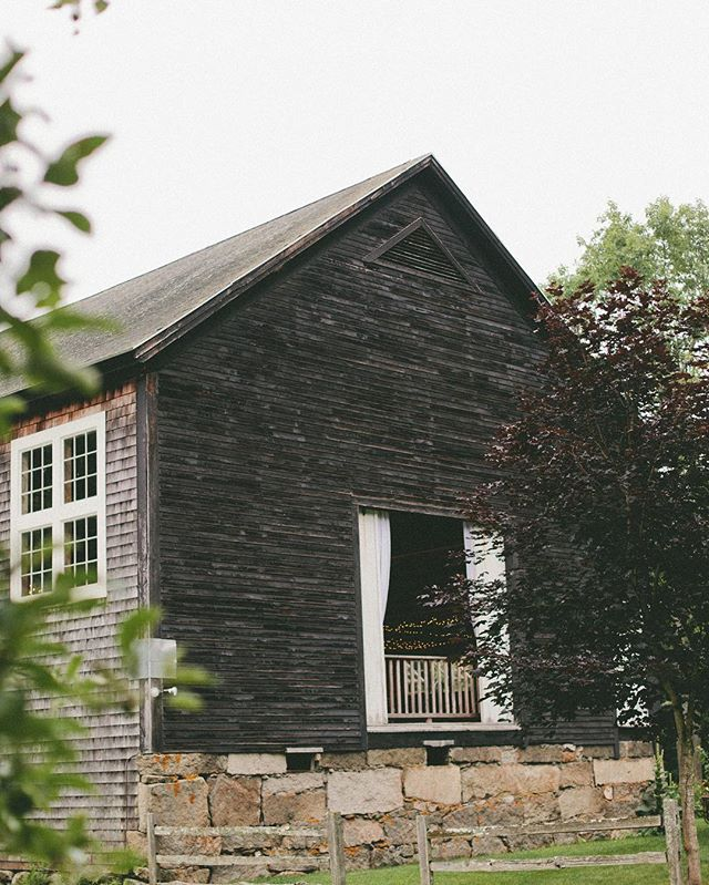 We ❤️ a barn wedding. It doesn't have to be all hay bales and mason jars...we promise! #mainewedding #maineweddingplanner #barnwedding 📸: @jennbakosphoto