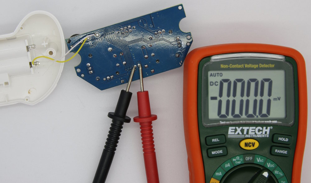 Figure 2-3: Making the controller LED voltage measurement (LED is off)