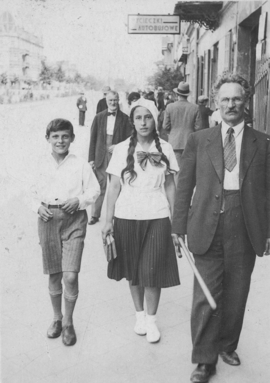 A young Samuel with his sister, Ita, and father, Perec.
