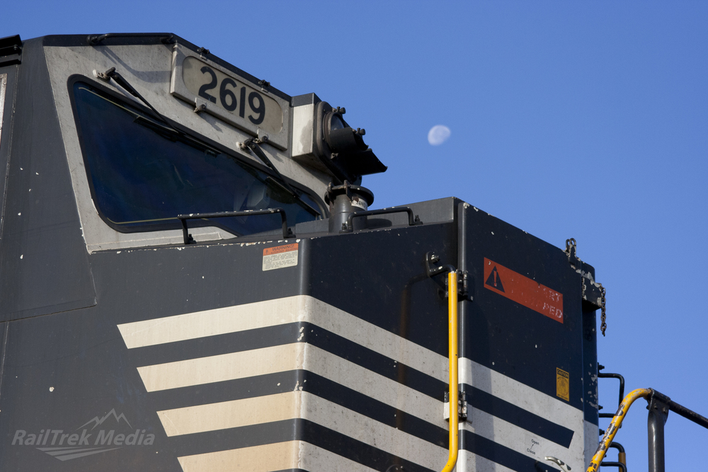SD70M and Cresson Moon.jpg
