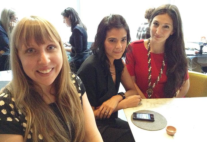 En primer plano Colleen Hill una de las curadoras de la muestra de zapatos. Tambien aparecen en la foto su compañera de trabajo Vanessa Vazquez y la diseñadora de joyas Nicole Romano.