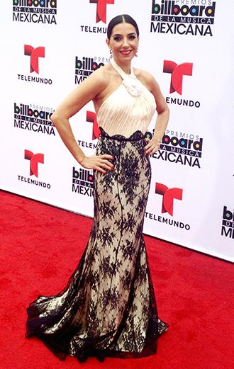 Para la Alfombra Roja de Premios Billboard de la Música Mexicana escogí un precioso traje de mi amigo el diseñador argentino Gustavo Cadile. La combinación del blanco y el negro siempre será una tendencia clásica e infalible, además de los detalles de encaje que están también en furor en esta temporada.