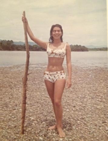 Mi mamá María Francisca Medina a orillas del Río Magdalena en Saldaña en 1965.