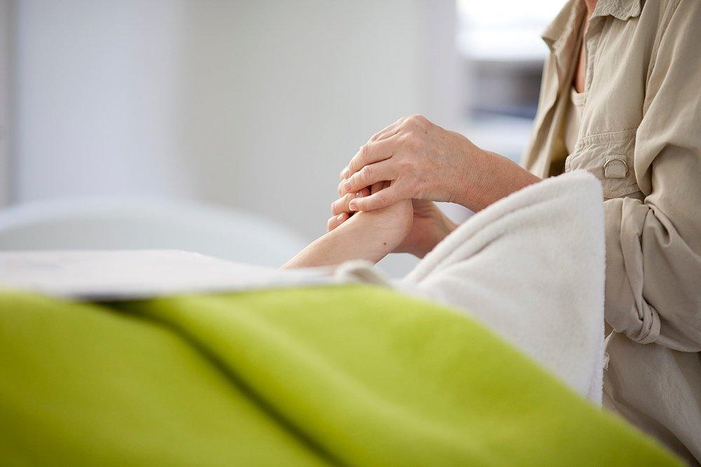 Vi arbejder i stilhed med nærvær, blidt og healende for både klient og terapeut.