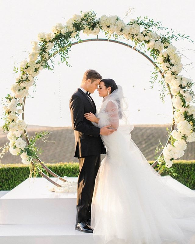 This beautiful shoot is featured today at @southerncaliforniabride • • •Dream Team of Vendors• Photographer || @allielindseyphotography  Coordinator || @michellegaribayevents  Venue || @callawaywineryweddings  Cake || @lauramariescakes  Hair + Makeup || @domenicabeauty  Rentals || @sigpartyrentals @chiavarichairrentals  Linen || @luxe_linen  Stationary || @meldeenink  Lighting || @sterling.productions  Dress || @archive_bridal  Tux || @stitchandtie  Models || @willowmodels