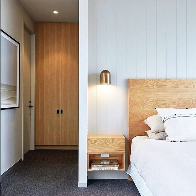 Stunning bedroom design by @austin_design_associates featuring our Duomo wall sconce in Whiskey brass. 😍 .  #bed #bedroom #bedroomdesign #light #lighting #lightingdesign #Interior #interiordesign #contemporary #geometric #minimal #timber #oak #white #brass #⚡️ #💥