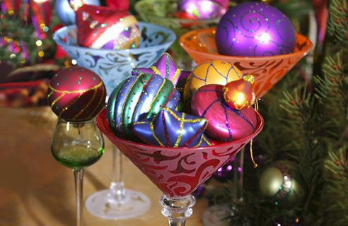 christmas-decoration-fun-holiday-theme-design-colorful-bright-retro-glass-baubles-easy-craft-punk-style-dinner-table-center-piece-beautiful-unique-combination-easy-diy-.jpg