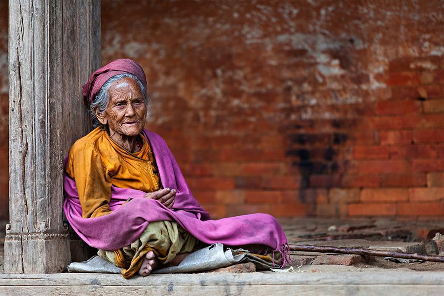 Un anziana signora per le strade di Baktapur