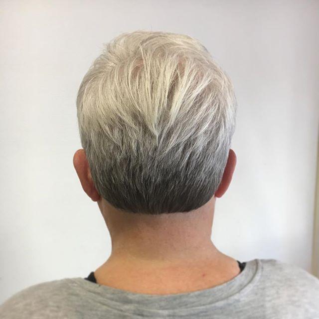 Visst är det naturliga helt fantastiskt många gånger. Här har vi Annikas nyklippta hår med hennes makalöst vackra färg. Glad onsdag vänner!