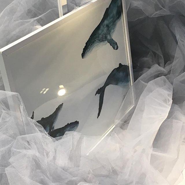 Så då var det officiellt. Vi har numera ett hav på salongen. Allt från djupdykningar i konst av @mirakurkiala.art till en stjärnhimmel som skall ge oss gnistrande glimmer när vinterkylan biter oss i kinden. Mer bilder kommer senare då kulturministern fick springa till bussen 😂 ( ny miljösatsning )  #mirakurkialaart #frisörenkreatören #frisörkreatör #ancaelmberg #visitumea #watercolor #västerbotten