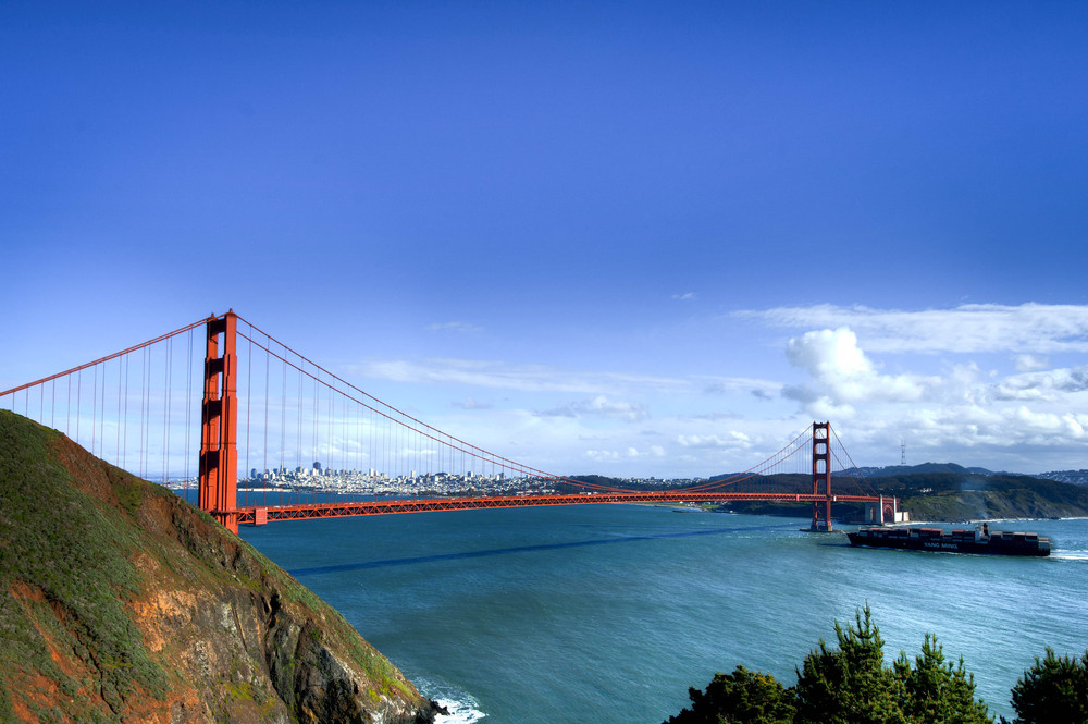 Golden_Gate_Bridge_and_ship.jpg
