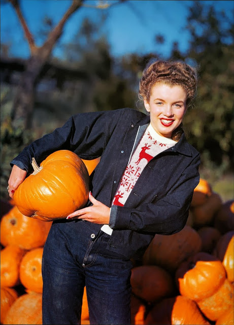 Yep, that's young Marilyn in a pumpkin patch.
