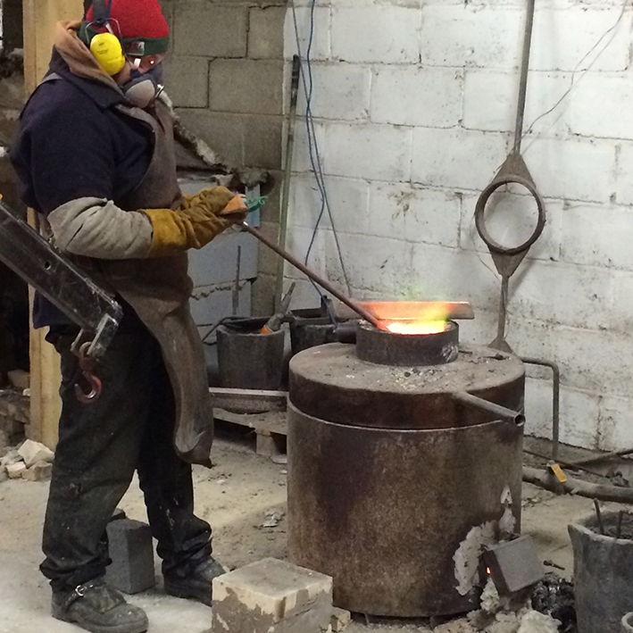 Checking the temperature of the molten bronze with a digital lance pyrometer. A crucial factor.