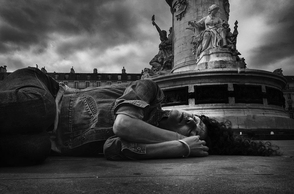 Paris, Place de la République, 2016 - Nel Settembre del 2016, Massimo Scognamiglio porta in Francia, nel luogo simbolo di Parigi e di tutta la Francia, Place de la République, la sua performance/fotografica