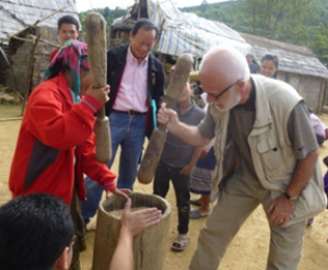 Med CARE i Phongsaly, Laos, november 2014. Rishøsten afskalles her ved håndkraft.
