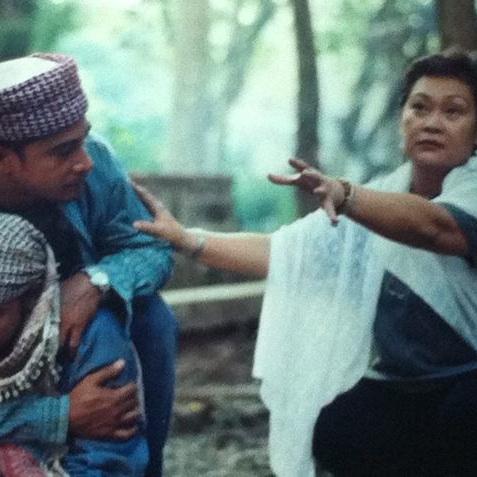 """Marilou Diaz-Abaya directing Cesar Montano in """"Bagong Buwan"""""""