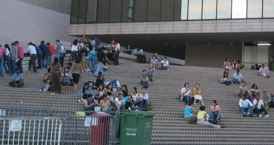 Filipinos at the Hong Kong Cultural Centre in Tsim Sha Shui(Photo by K.C. Tang)