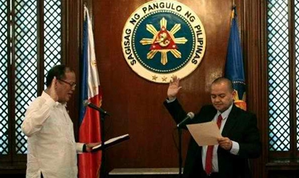 Leonen (right) being sworn in by President Benigno Aquino III last November 22, 2012. (Photo courtesy of Rappler.com)