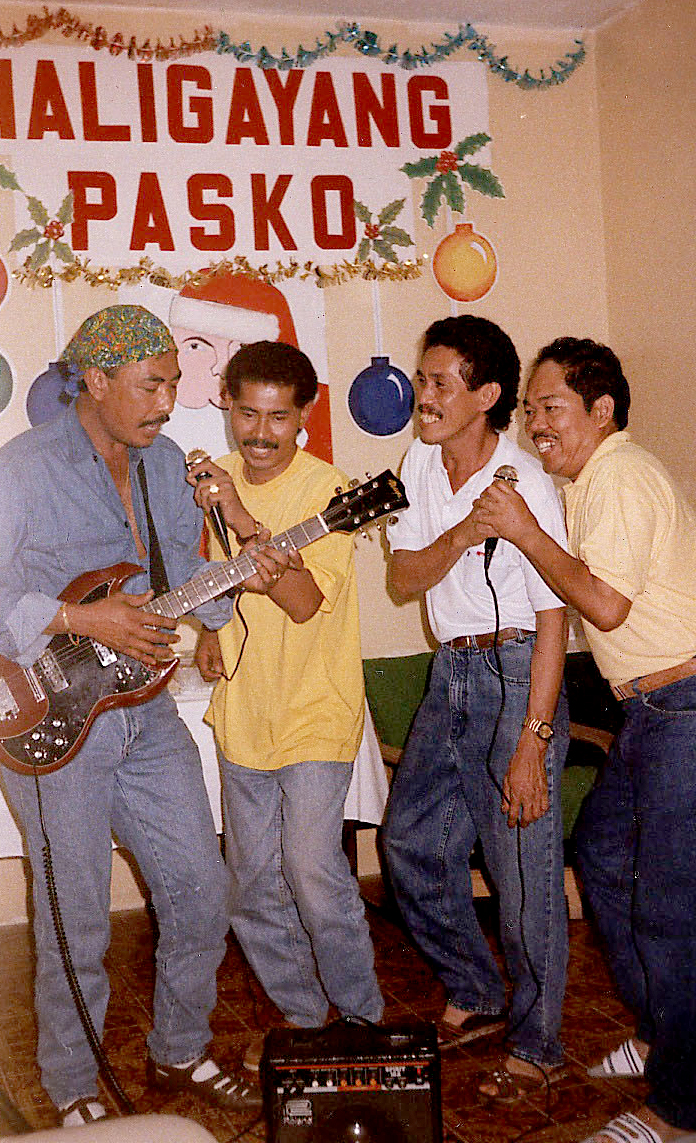 Kantahan: Filipinos in Saudi sing their homesickness away during an indoor Christmas party. (Photo courtesy of Noel L. Senisante)